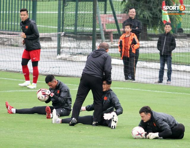 Không được bắt chính tại AFF Cup, thủ môn Tiến Dũng nhận cử chỉ tình cảm từ thầy Park - Ảnh 3.