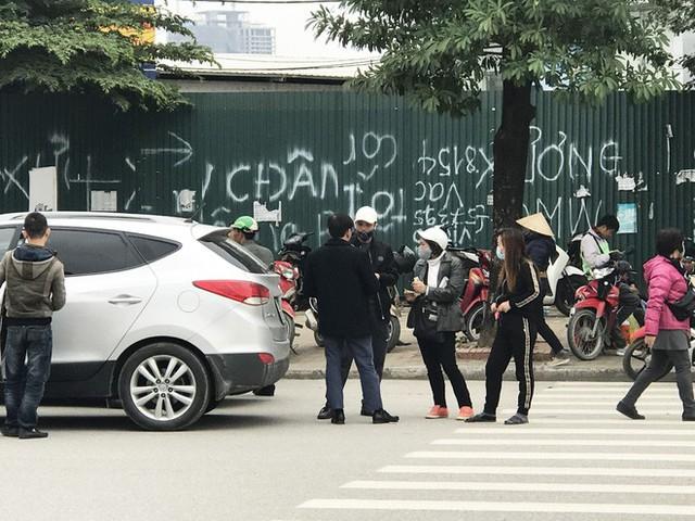 Cuộc giao dịch vé chớp nhoáng trước cổng Liên đoàn Bóng đá - Ảnh 3.