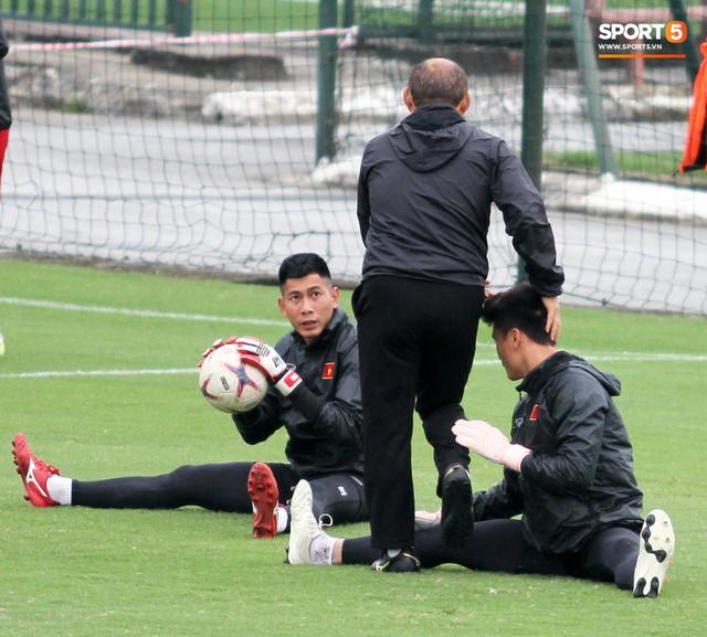 Không được bắt chính tại AFF Cup, thủ môn Tiến Dũng nhận cử chỉ tình cảm từ thầy Park - Ảnh 4.