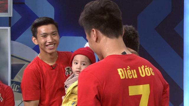 Quang Hải, Đức Chinh bật khóc khi gặp Tôm - cậu bé 4 tuổi bị ung thư não giàu nghị lực - Ảnh 4.