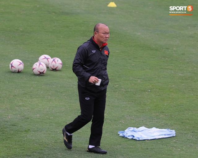 Không được bắt chính tại AFF Cup, thủ môn Tiến Dũng nhận cử chỉ tình cảm từ thầy Park - Ảnh 5.