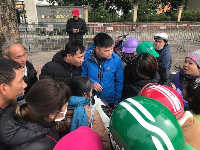 Cuộc giao dịch vé chớp nhoáng trước cổng Liên đoàn Bóng đá - Ảnh 5.