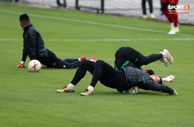 Không được bắt chính tại AFF Cup, thủ môn Tiến Dũng nhận cử chỉ tình cảm từ thầy Park - Ảnh 6.