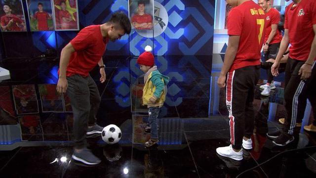 Quang Hải, Đức Chinh bật khóc khi gặp Tôm - cậu bé 4 tuổi bị ung thư não giàu nghị lực - Ảnh 6.