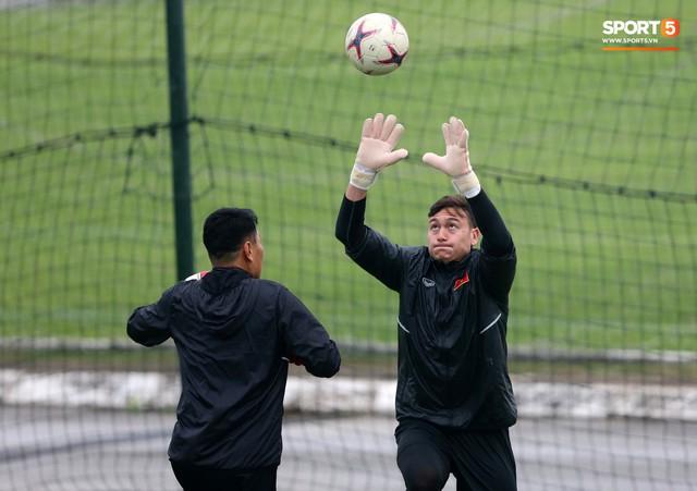 Không được bắt chính tại AFF Cup, thủ môn Tiến Dũng nhận cử chỉ tình cảm từ thầy Park - Ảnh 7.