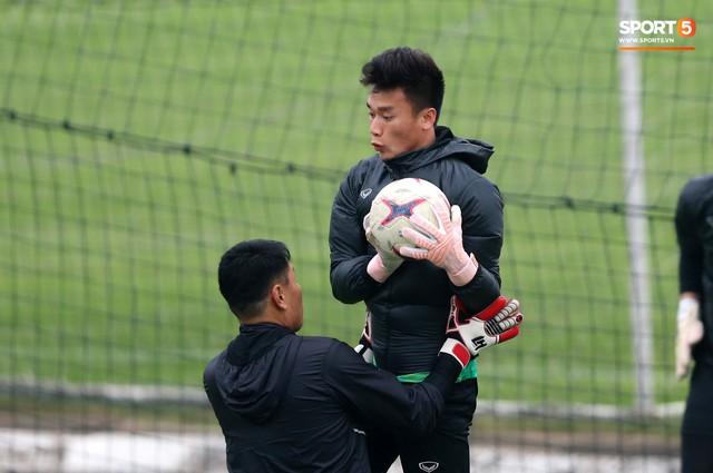 Không được bắt chính tại AFF Cup, thủ môn Tiến Dũng nhận cử chỉ tình cảm từ thầy Park - Ảnh 8.