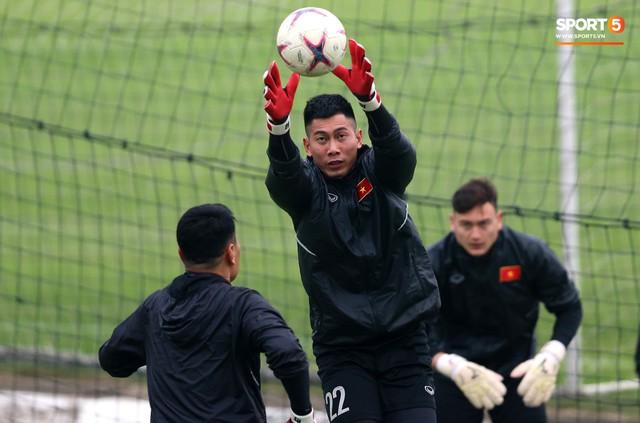 Không được bắt chính tại AFF Cup, thủ môn Tiến Dũng nhận cử chỉ tình cảm từ thầy Park - Ảnh 9.