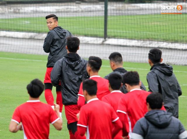 Không được bắt chính tại AFF Cup, thủ môn Tiến Dũng nhận cử chỉ tình cảm từ thầy Park - Ảnh 10.