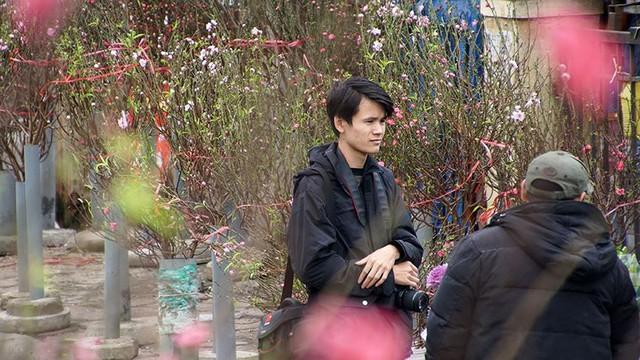 Hoa đào bung nở trong giá rét, khoe sắc trên phố Hà Nội   - Ảnh 10.
