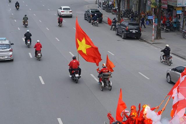 Trước giờ G trận chung kết AFF Cup 2018, đường phố cả nước ngập cờ đỏ sao vàng, tất cả cùng hướng về Mỹ Đình - Ảnh 4.