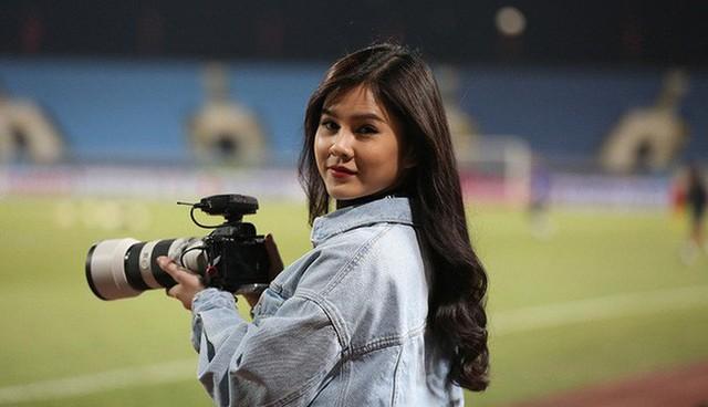 Bóng hồng xinh đẹp xuất hiện tại buổi tập của Việt Nam và Malaysia, phóng viên nước bạn thi nhau xin chụp hình - Ảnh 1.