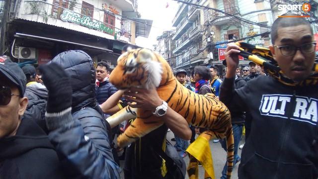 Ultras Malaysia mang hổ bông khuấy động phố cổ Hà Nội - Ảnh 2.