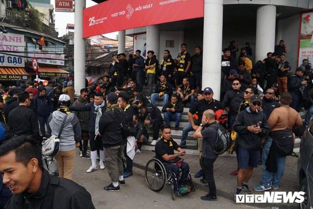 Ảnh: CĐV Malaysia liên tục nói thank you so much khi tới sân Mỹ Đình, chụp ảnh với CĐV Việt Nam như người nhà - Ảnh 1.