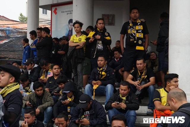 Ảnh: CĐV Malaysia liên tục nói thank you so much khi tới sân Mỹ Đình, chụp ảnh với CĐV Việt Nam như người nhà - Ảnh 2.