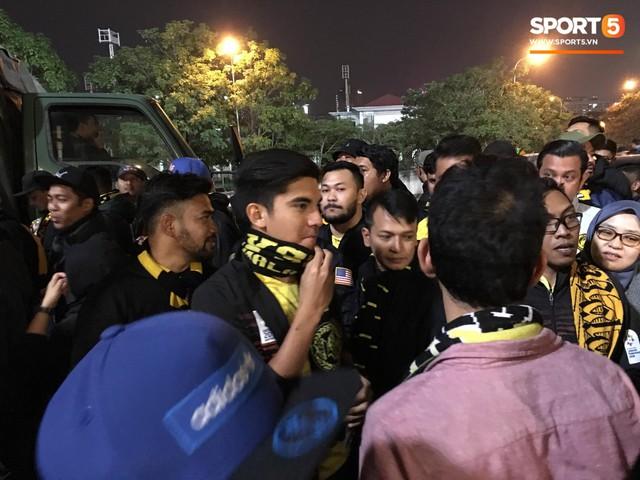 Bộ trưởng 9x, đẹp trai như hot boy của Malaysia không ngồi khán đài vip, hòa mình cùng Ultras tiếp lửa thầy trò Tan Cheng Hoe - Ảnh 1.