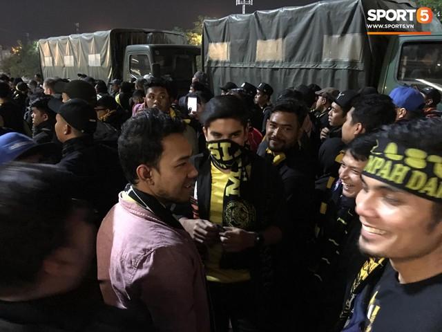 Bộ trưởng 9x, đẹp trai như hot boy của Malaysia không ngồi khán đài vip, hòa mình cùng Ultras tiếp lửa thầy trò Tan Cheng Hoe - Ảnh 2.
