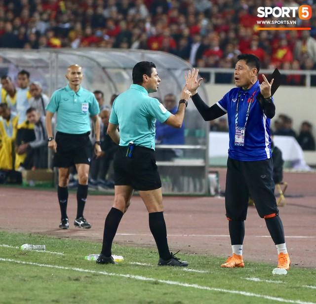 Trọng tài đẳng cấp World Cup gây bức xúc vì liên tục rút thẻ vàng cho cầu thủ Việt Nam - Ảnh 1.