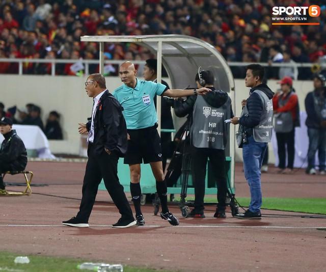 Trọng tài đẳng cấp World Cup gây bức xúc vì liên tục rút thẻ vàng cho cầu thủ Việt Nam - Ảnh 2.