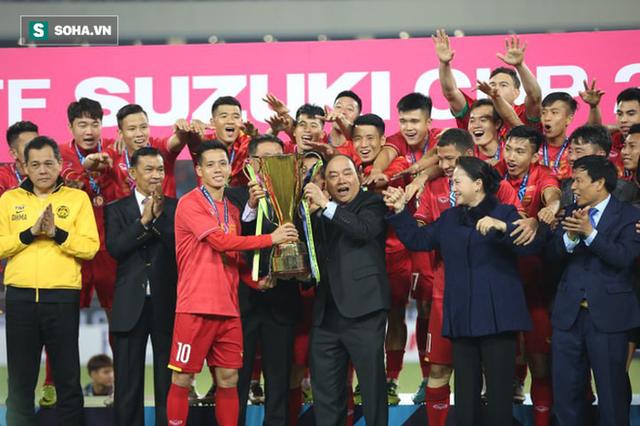 Cận cảnh ĐT Việt Nam nhận cúp vô địch AFF Cup 2018 sau trận chung kết lịch sử - Ảnh 1.
