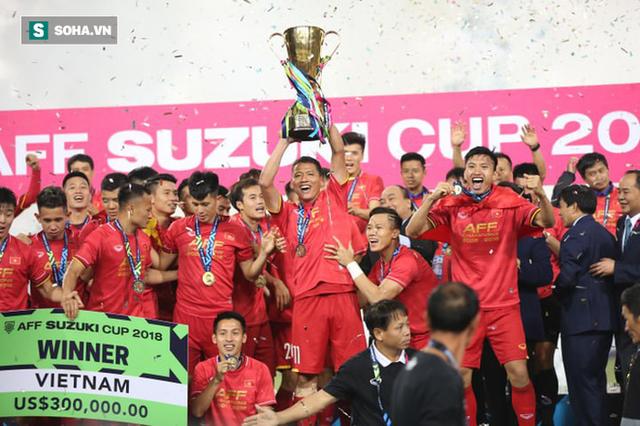 Cận cảnh ĐT Việt Nam nhận cúp vô địch AFF Cup 2018 sau trận chung kết lịch sử - Ảnh 2.