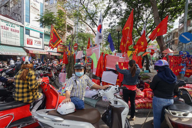 Người TP HCM nườm nượp mua sẵn cờ, áo đỏ cổ vũ tuyển Việt Nam - Ảnh 11.