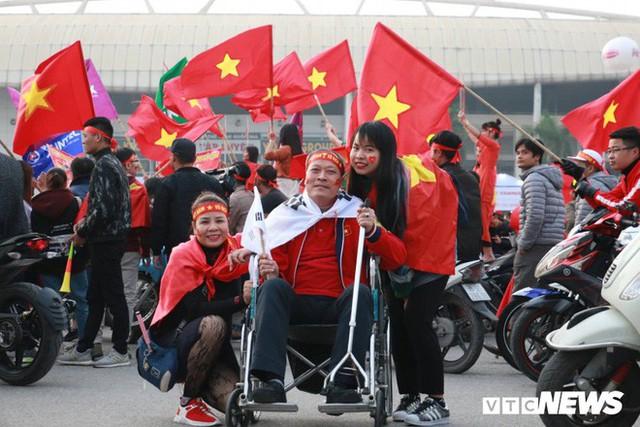 Ảnh: CĐV Malaysia liên tục nói thank you so much khi tới sân Mỹ Đình, chụp ảnh với CĐV Việt Nam như người nhà - Ảnh 12.