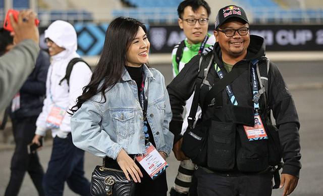 Bóng hồng xinh đẹp xuất hiện tại buổi tập của Việt Nam và Malaysia, phóng viên nước bạn thi nhau xin chụp hình - Ảnh 3.
