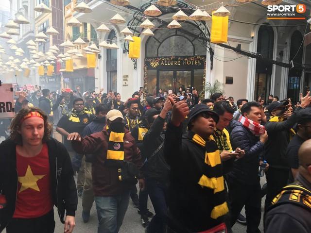 Ultras Malaysia mang hổ bông khuấy động phố cổ Hà Nội - Ảnh 4.