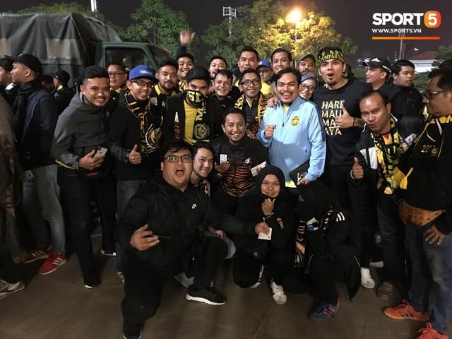 Bộ trưởng 9x, đẹp trai như hot boy của Malaysia không ngồi khán đài vip, hòa mình cùng Ultras tiếp lửa thầy trò Tan Cheng Hoe - Ảnh 3.