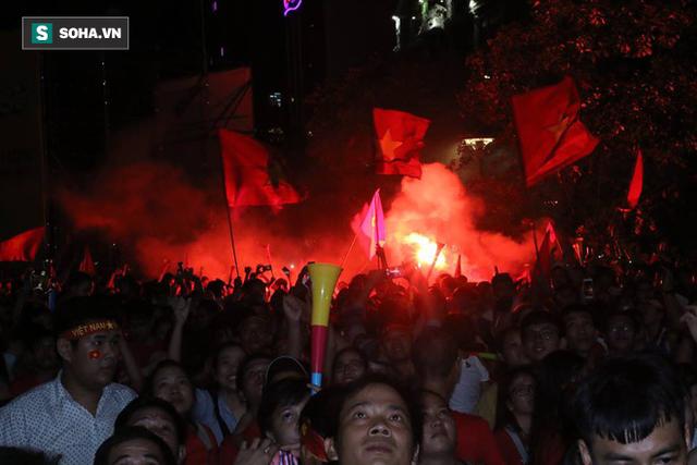 CĐV òa khóc khi tuyển Việt Nam lên ngôi vô địch, triệu người reo hò xuống đường ăn mừng - Ảnh 3.