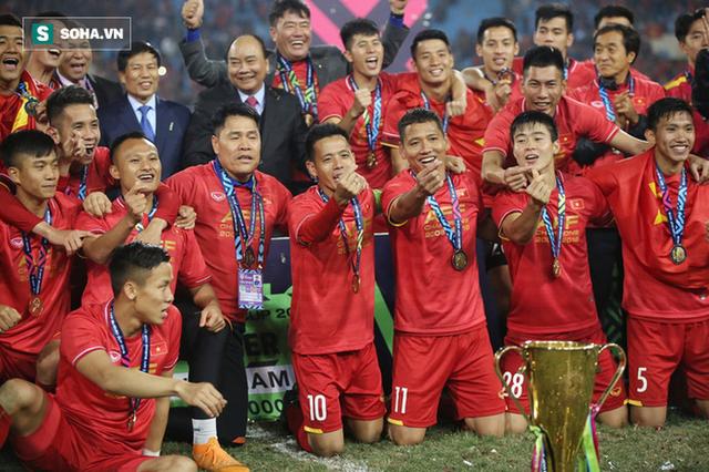 Cận cảnh ĐT Việt Nam nhận cúp vô địch AFF Cup 2018 sau trận chung kết lịch sử - Ảnh 3.