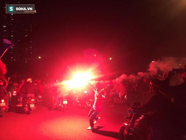 CĐV òa khóc khi tuyển Việt Nam lên ngôi vô địch, triệu người reo hò xuống đường ăn mừng - Ảnh 21.