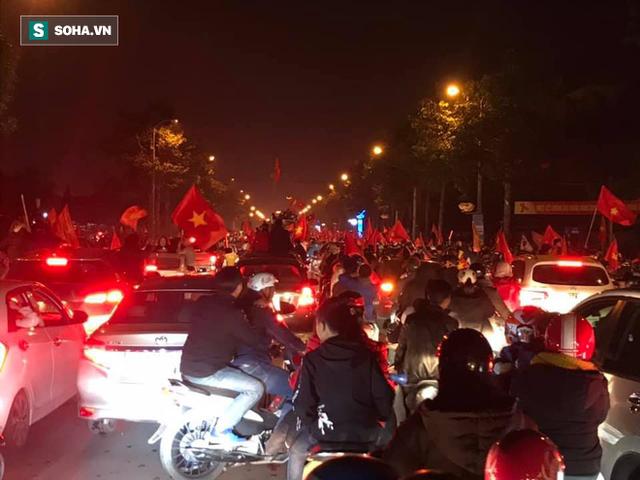 CĐV òa khóc khi tuyển Việt Nam lên ngôi vô địch, triệu người reo hò xuống đường ăn mừng - Ảnh 22.