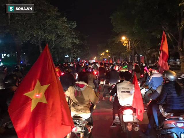 CĐV òa khóc khi tuyển Việt Nam lên ngôi vô địch, triệu người reo hò xuống đường ăn mừng - Ảnh 23.