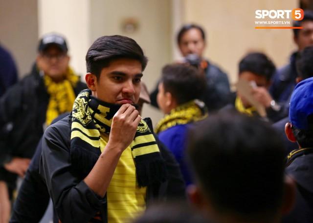 Bộ trưởng 9x, đẹp trai như hot boy của Malaysia không ngồi khán đài vip, hòa mình cùng Ultras tiếp lửa thầy trò Tan Cheng Hoe - Ảnh 4.