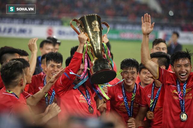 Cận cảnh ĐT Việt Nam nhận cúp vô địch AFF Cup 2018 sau trận chung kết lịch sử - Ảnh 4.