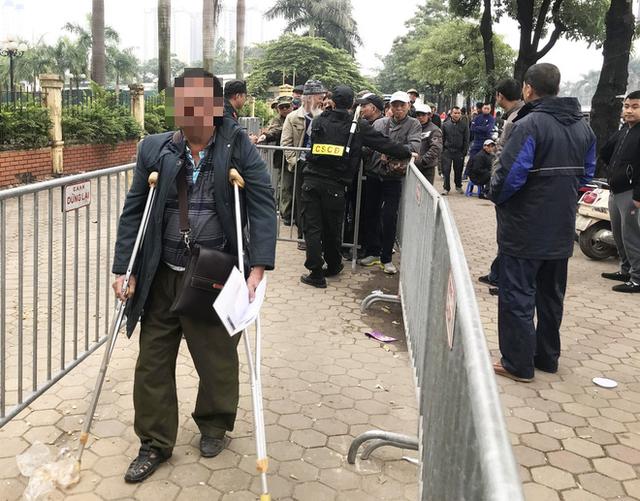 Giao dịch chớp nhoáng giữa người xưng thương binh và dân phe vé ngoài cổng liên đoàn - Ảnh 5.