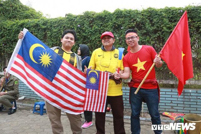 Ảnh: CĐV Malaysia liên tục nói thank you so much khi tới sân Mỹ Đình, chụp ảnh với CĐV Việt Nam như người nhà - Ảnh 5.