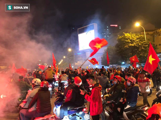CĐV òa khóc khi tuyển Việt Nam lên ngôi vô địch, triệu người reo hò xuống đường ăn mừng - Ảnh 5.