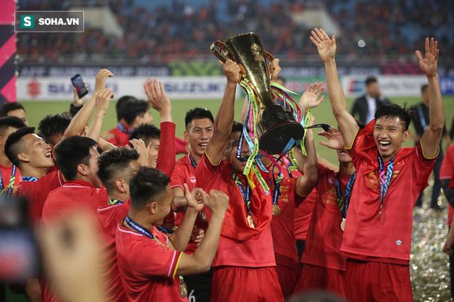 Cận cảnh ĐT Việt Nam nhận cúp vô địch AFF Cup 2018 sau trận chung kết lịch sử - Ảnh 5.