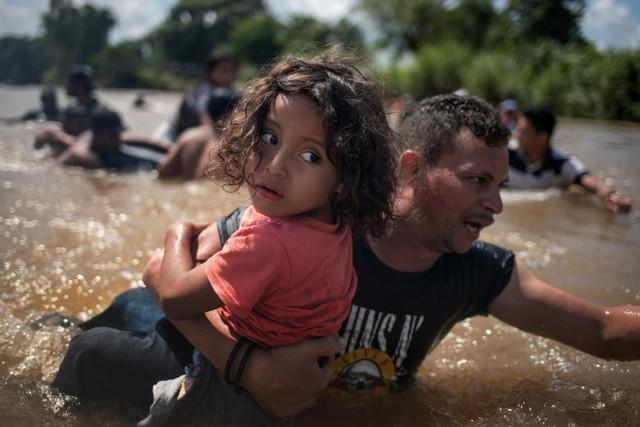 Reuters công bố Ảnh của năm 2018: Những khoảnh khắc yêu thương trong một năm quá nhiều thảm họa - Ảnh 6.
