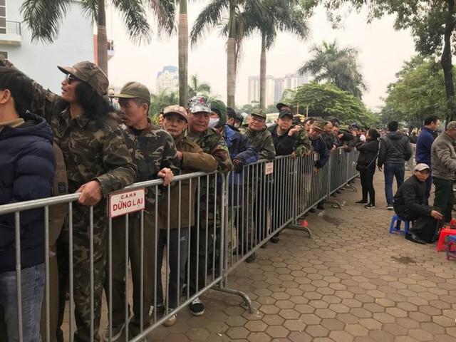 Giao dịch chớp nhoáng giữa người xưng thương binh và dân phe vé ngoài cổng liên đoàn - Ảnh 6.
