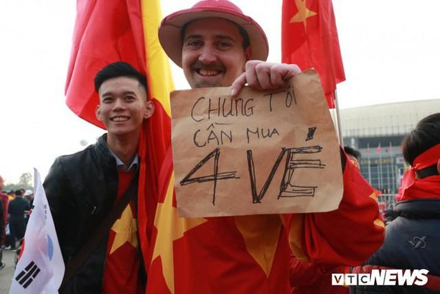 Ảnh: CĐV Malaysia liên tục nói thank you so much khi tới sân Mỹ Đình, chụp ảnh với CĐV Việt Nam như người nhà - Ảnh 6.