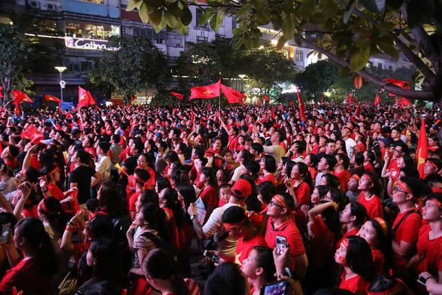 CĐV òa khóc khi tuyển Việt Nam lên ngôi vô địch, triệu người reo hò xuống đường ăn mừng - Ảnh 6.