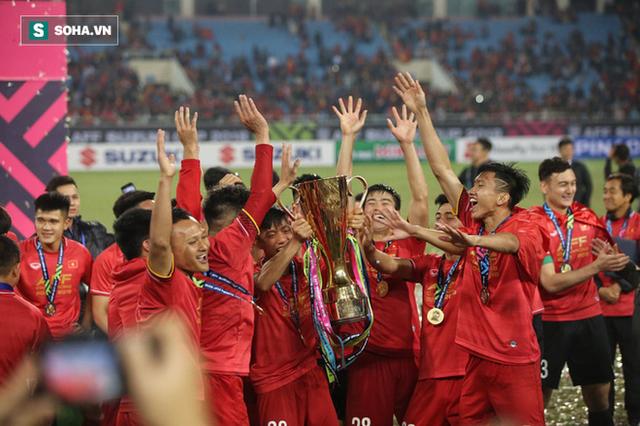 Cận cảnh ĐT Việt Nam nhận cúp vô địch AFF Cup 2018 sau trận chung kết lịch sử - Ảnh 6.