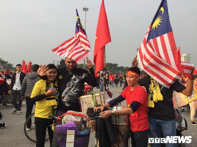 Ảnh: CĐV Malaysia liên tục nói thank you so much khi tới sân Mỹ Đình, chụp ảnh với CĐV Việt Nam như người nhà - Ảnh 7.