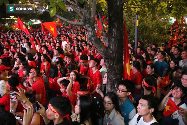 CĐV òa khóc khi tuyển Việt Nam lên ngôi vô địch, triệu người reo hò xuống đường ăn mừng - Ảnh 7.