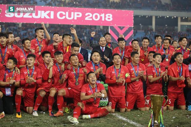 Cận cảnh ĐT Việt Nam nhận cúp vô địch AFF Cup 2018 sau trận chung kết lịch sử - Ảnh 7.