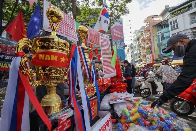 Người TP HCM nườm nượp mua sẵn cờ, áo đỏ cổ vũ tuyển Việt Nam - Ảnh 8.