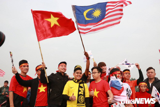 Ảnh: CĐV Malaysia liên tục nói thank you so much khi tới sân Mỹ Đình, chụp ảnh với CĐV Việt Nam như người nhà - Ảnh 8.